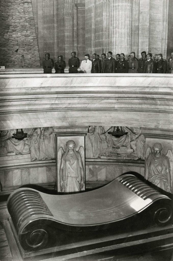 hitler visits napoleon's grave